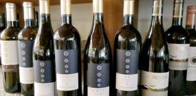 Neun Weinflaschen des Weingute Lageder