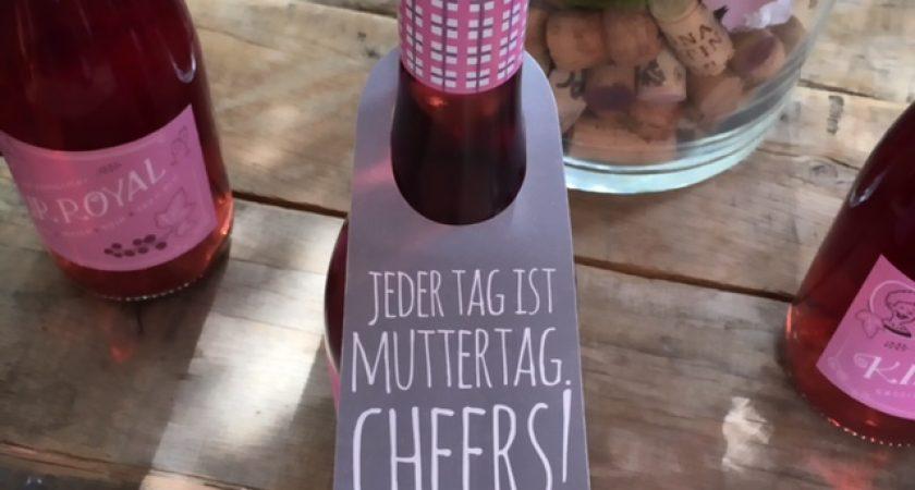 Eine Flasche Kir Royal mit Flaschenanhänger