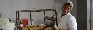 Bild einer Auszubildenden in einer Bäckerei in Delft