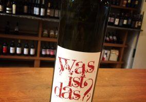 """Eine Flasche """"Was ist das?"""" Naturwein des Weingutes Schaefer-Heinrich"""