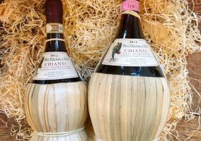 Zwei Flaschen Chianti in der Fiasco Flasche