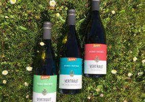 Drei Flaschen Vertraut Wein